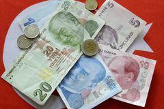 Lira turca de la divisa nacional en bandera turca fotos de archivo