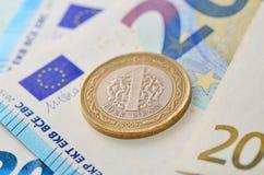 1 lira turca en billetes de banco euro Imágenes de archivo libres de regalías