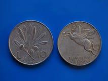 10 liras de moneda, Italia sobre azul Imagen de archivo libre de regalías