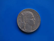5 Lire di moneta, Italia sopra il blu Fotografie Stock Libere da Diritti