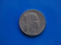 5 Lires de pièce de monnaie, Italie au-dessus de bleu Photos libres de droits