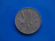 10 Lires de pièce de monnaie, Italie au-dessus de bleu Photographie stock