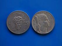 5 Lires de pièce de monnaie, Italie au-dessus de bleu Image stock