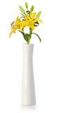 Lirio amarillo en el florero blanco Fotografía de archivo libre de regalías