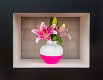 Lirio blanco y rosado gigante en un florero blanco y rosado Foto de archivo