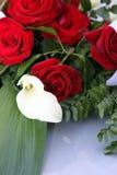 Lirio de Arum en un ramo nupcial de rosas rojas Imagen de archivo