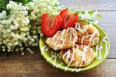 Lirio de los valles del ramo de la primavera, pasteles de queso con las fresas Desayuno de los pasteles de queso del requesón Pri imagenes de archivo