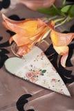 Lirio tigrado anaranjado con el corazón floral de madera del vintage Fotografía de archivo