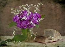 Lirios del valle y de las flores rosadas Fotografía de archivo libre de regalías