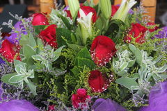Lirios y rosas en la floristería Imagen de archivo
