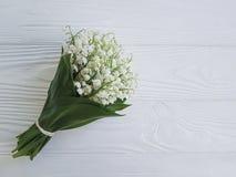 Lis de la vallée sur le romance en bois blanc de fragilité photos libres de droits