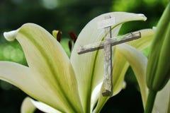 Lis de Pâques et la croix photo libre de droits