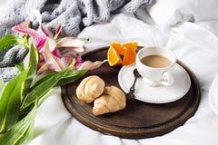 Lis et tasse de café roses Images stock