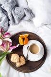 Lis et tasse de café roses Image libre de droits