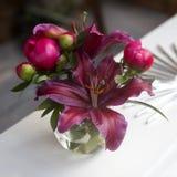 Lis rouge de pétale dans un vase d'en haut Photos stock