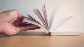 Lisant un livre à la maison Image libre de droits