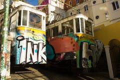 Lisbo, Portugal: Die Straßenbahnen vom alten funikulären von Lavra-Überfahrt vorbei Lizenzfreies Stockfoto