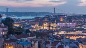 Lisboa após a ideia aérea do panorama do por do sol do centro de cidade com os telhados vermelhos no dia do outono ao timelapse d video estoque