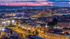 Lisboa após a ideia aérea do panorama do por do sol do centro de cidade com os telhados vermelhos no dia do outono ao timelapse d filme