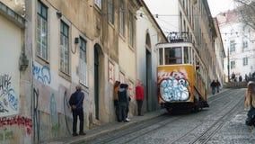 LISBOA, circa 2017: Elevador viejo Gloria de la tranvía en la ciudad vieja de Lisboa Portugal Lisboa es la capital de Portugal, e almacen de video