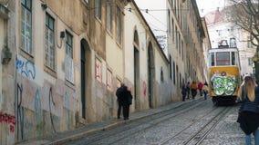LISBOA, circa 2017: Elevador viejo Gloria de la tranvía en la ciudad vieja de Lisboa Portugal Lisboa es la capital de Portugal, e almacen de metraje de vídeo