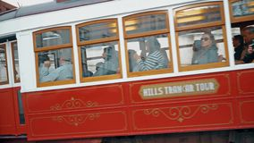LISBOA, circa 2017: Tranvía vieja que pasa cerca en la ciudad vieja de Lisboa Portugal Lisboa es la capital de Portugal Lisboa es almacen de video