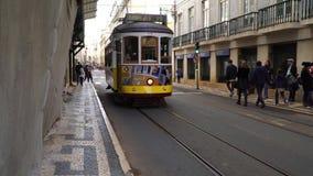 LISBOA, circa 2017: Tranvía vieja que pasa cerca en la ciudad vieja de Lisboa Portugal Lisboa es la capital de Portugal Lisboa es almacen de metraje de vídeo