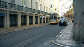 LISBOA, circa 2017: Tranvía vieja que pasa cerca en la ciudad vieja de Lisboa Portugal Lisboa es la capital de Portugal Lisboa es metrajes