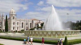 Lisboa 30 de julio de 2018: Los turistas dan un paseo alrededor del cuadrado de Belem, cerca del castillo de Geronimos en la ciud almacen de metraje de vídeo