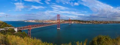 Lisboa e 25a de April Bridge - Portugal Imagem de Stock