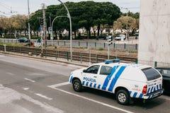 Lisboa, el 18 de junio de 2018: Un coche policía está conduciendo abajo de la calle de la ciudad Protección del orden público Fotografía de archivo