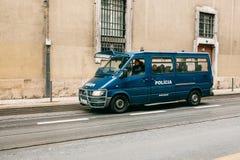 Lisboa, el 18 de junio de 2018: Un coche policía está conduciendo abajo de la calle de la ciudad Protección del orden público Foto de archivo