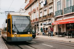Lisboa, el 18 de junio de 2018: Un paseo moderno de la tranvía abajo de la calle de la ciudad Imagenes de archivo