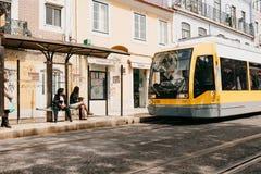 Lisboa, el 18 de junio de 2018: Un paseo moderno de la tranvía abajo de la calle de la ciudad Imagen de archivo libre de regalías