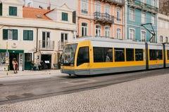 Lisboa, el 18 de junio de 2018: Un paseo moderno de la tranvía abajo de la calle de la ciudad Fotografía de archivo libre de regalías