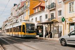 Lisboa, el 18 de junio de 2018: Un paseo moderno de la tranvía abajo de la calle de la ciudad Imagen de archivo