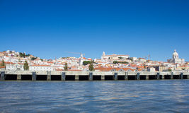 Lisboa (Lisboa), cidade branca olhada do rio de Tejo (Tagus) Imagens de Stock