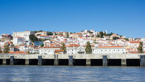 Lisboa (Lisbon), biały miasto oglądający od Tejo (Tagus) rzeki Obraz Stock
