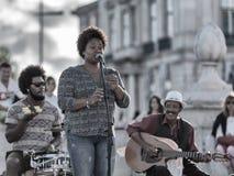 Lisboa mostra fora suas raizes africanas Faixa afro-portuguesa da música que actua em Lisboa do centro ao elogio os turists fotos de stock royalty free