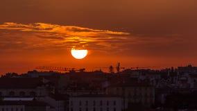 Lisboa na ideia aérea do panorama do por do sol do centro de cidade com os telhados vermelhos no outono que nivela o timelapse, P vídeos de arquivo