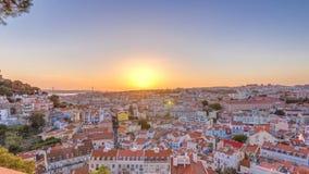 Lisboa na ideia aérea do panorama do por do sol do centro de cidade com os telhados vermelhos no outono que nivela o timelapse, P filme