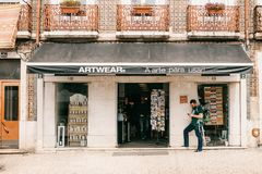 Lisboa, o 18 de junho de 2018: Loja autêntica da roupa e das lembranças da arte Povos dentro da loja Próximo na rua lá foto de stock royalty free