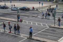 LISBOA/PORTUGAL- 12 Μαΐου 2017 - άνθρωποι που διασχίζουν τη διάβαση πεζών δίπλα Στοκ Φωτογραφία