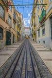 Lisboa, Portugal-abril 12,2015: Um bonde tradicional está fazendo seu Fotos de Stock