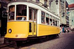 Lisboa, Portugal-abril 12,2015: Una tranvía tradicional está haciendo su Fotos de archivo
