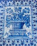 Lisboa, Portugal: as telhas da rua com motivos barrocos em Alfama dividem Foto de Stock