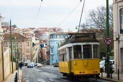 Lisboa, Portugal: Calçada (acera) DA Estrela y un tranvía amarillo Foto de archivo libre de regalías