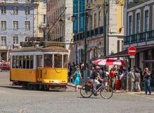 LISBOA, PORTUGAL - CIRCA mayo de 2014 - tranvía amarilla eléctrica tradicional portuguesa vieja hace su manera a través de las ca Foto de archivo