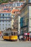 LISBOA, PORTUGAL - CIRCA mayo de 2014 - tranvía amarilla eléctrica tradicional portuguesa vieja hace su manera a través de las ca Imagen de archivo libre de regalías