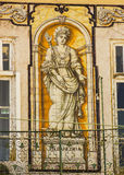 Lisboa, Portugal: construção com as telhas portuguesas que representam a indústria Fotos de Stock Royalty Free